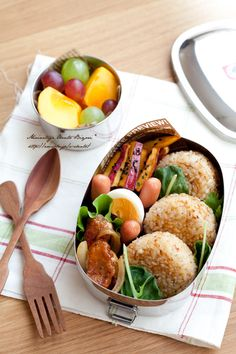 Japanese Bento Box I'll bet Japanese people love this style of bento lunch. Bento Recipes, Cooking Recipes, Bento Ideas, Cute Food, Yummy Food, Little Lunch, Bento Box Lunch, Recipes From Heaven, Japanese Food