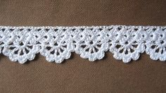 If you looking for a great border for either your crochet or knitting project, check this interesting pattern out. When you see the tutorial you will see that you will use both the knitting needle and crochet hook to work on the the wavy border. Crochet Boarders, Crochet Edging Patterns, Crochet Lace Edging, Crochet Motifs, Thread Crochet, Filet Crochet, Crochet Trim, Diy Crochet, Crochet Designs