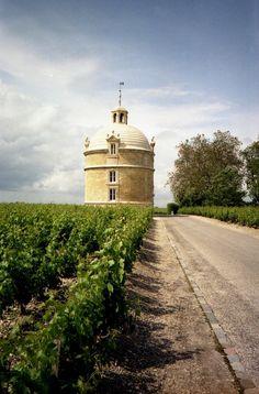 Le pigeonnier de ChâteauLatour, Pauillac date de 1625 et fut probablement construit avec des pierres provenant des ruines de la forteresse. A ne pas confondre avec la tour qui a donné le nom au château. Lors de la guerre de Cent ans, la « #tourdesaintMaubert », place forte gardant l'estuaire, est tenue par les soldats bretons pour le compte du roi de France. Assiégée par les anglo-gascons, la tour est supprimée pour y installer une garnison.