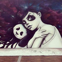 Arte callejero por el estilo doudou.  Panda y chica joven