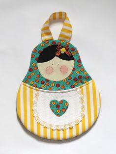 Meninas, já faz um tempão que estava com vontade de fazer um lixinho em foma das famosas matrioskas, sou apaixonada por elas, ... Craft Patterns, Sewing Patterns Free, Easy Sewing Projects, Sewing Hacks, Pochette Diy, Clothespin Bag, Matryoshka Doll, Novelty Items, Love Craft