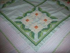 Toalha de Mesa em tecido Xadrez bordada em ponto cruz, confeccionada por Wâninha Santos