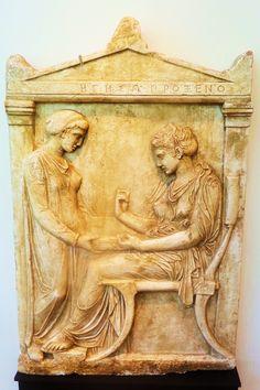 'Grafmonument van Hegeso uit Dipylon', 410 v. Chr. In die periode was het gebruikelijk dat de meer welgestelde Grieken buiten Athene grafstenen plaatsten. Op deze steen is hegeso afgebeeld, de dochter van Proxenos. Van een bediende krijgt zij een juwelenkostje aangereikt waaruit ze een sieraad kiest. De stijl van de afbeelding is typisch voor die periode met een gedrapeerde chiton. De afbeelding is omgeven door een zogenaamd aedicula-frame.