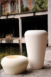 Pots from our Oltrevaso range. The Vaso Mymou Alto and the Conca Mymou
