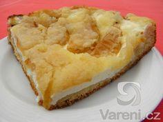 Vyzkoušejte recept na kynutý koláč s tvarohem, jablky a drobenkou. Koláč výborně chutná i s rebarborou nebo rybízem.