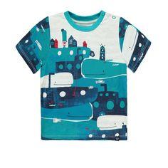 T-shirt thématique à manches courtes. Votre petit garçon aimera la thématique de baleines sur ce t-shirt à saveur nautique.