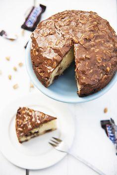 Goddelijke Snickerstaart uit Chickslovefood: het 5 or less-kookboek - Cake Cookies, Cupcake Cakes, Cupcakes, Baking Recipes, Cake Recipes, Dessert Recipes, Snickers Cake, Baking Bad, Sweet Bakery