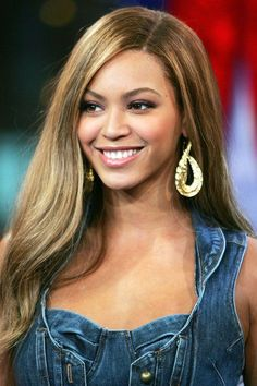 40 Beyonce Hairstyles - Beyonce's Real Hair, Long Hair and Short Hair Pictures - Harper's BAZAAR Hair Color For Dark Skin, Summer Hair Color For Brunettes, Cool Hair Color, Beyonce Style, Beyonce Hair Color, Beyonce Beyonce, Summer Hairstyles, Cool Hairstyles, Colorful Hair