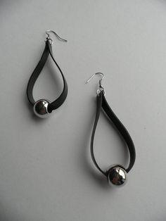 Rubberen oorbellen.Er zit aan de ring een grote zilveren kraal.Ze zijn 6 cm lang.Het is handgemaakt.Oorbellen zijn nikkelvrij.Uniek.
