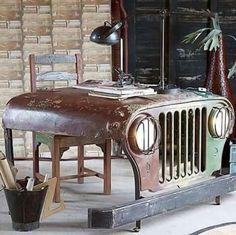 Capo de Jeep transformado em escrivaninha