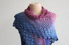 Omslagdoek wrap driehoek-shawl gehaakt in blauw door MeesterMaakt