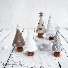süße minis aus korken & allem, was die restekiste hergibt.Mini Candy Cork und alles was die Restkiste gibt .soft minis of corks and everything else gives . Source by lindabrasliSweet trees for Christmas. Noel Christmas, Rustic Christmas, Christmas 2019, Christmas Ornaments, Modern Christmas, Diy Crafts To Do, Holiday Crafts, Yule, Christmas Decorations