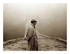 Pablo Neruda fue conocido por muchas cosas , fue un poeta , diplomático y activista político . Era un hombre muy conocido en toda América Latina . En sus 20's , es que ya era famoso por sus poemas en el idioma español sobre la melancolía , el amor y el erotismo e incluso una canción desesperada . Más tarde en su poesía se volvió político. Un buen ejemple es de que él fue testigo de la pobreza en Chile y contención en España . En 1971 ganó el Premio Nobel de Literatura .