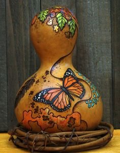 Gourd Art Maureen Hawthorn use small grapevine wreaths to stand up gourds Decorative Gourds, Hand Painted Gourds, Painting On Wood, Tole Painting, Pyrography Patterns, Gourds Birdhouse, Gourd Lamp, Wood Burning Patterns, Diy Art Projects