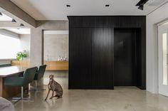 Construído pelo AMBIDESTRO na Porto Alegre, Brazil na data 2014. Imagens do André Nery. O projeto trata-se do primeiro apartamento de um jovem casal, apreciadores de arte, arquitetura contemporânea e vinho...