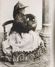 Mujer con traje regional de Ávila, típico por sus gorras tejidas con centeno que adornan sus cabezas.
