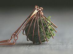 """Spiralkette mit Moosball Rosegold Rost. Der aufspringende """"Käfig"""" ist, genauso wie die Kette, ein Original aus den 60ger Jahren.  Da sie nie benutzt wurden, sind sie als neuwertig zu bezeichnen. Zur Sicherheit haben wir den Anlaufschutz erneuert, obwohl in über 50 Jahren nichts angelaufen war:) Eben ein Qualität, wie sie heute schwer zu finden ist... Aus der Spirale """"wächst"""" echtes Moos aus einem """"Stein"""" heraus. Den """"Stein"""" fertigen wir aus einer Mischung Beton / Ton Mischung, in die das…"""