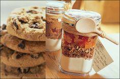 Stop alle droge ingrediënten van een recept in een glaze pot, leuk strikje eromheen en klaar! Dan hoeft je moeder alleen de natte ingrediënten nog maar toe te voegen voor een heerlijk recept #baking #moederdag