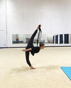 Sophia Lucia // Flexistretcher over split