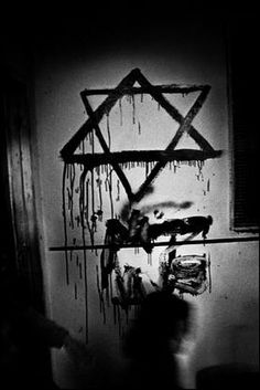 A David star graffiti left by Israeli soldiers inside a Palestinian home in Jenin after the battle/massacre in 2002 (photo by Paolo Pellegrin)