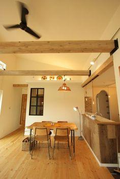 真っ白い漆喰の壁に北欧漂う平家&ナチュラルのおうち Loft, Ceiling Lights, Interior, Table, Furniture, Home Decor, Decoration Home, Indoor, Room Decor