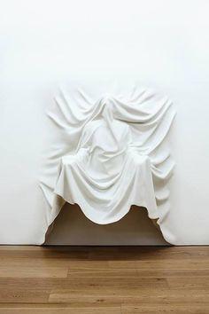 Daniel Arsham – #FUTUREARCHIVE @ Galerie Perrotin (Hong Kong) - Draped Figure Arms Out, 2013 -  Fibre de verre, peinture / Fiberglass, paint (185 x 165 x 60 cm)