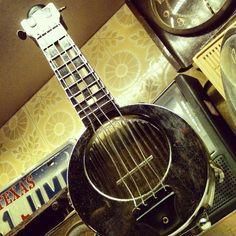 #Garrafa de whiskey #bourbon em forma de #banjo c/ mecanismo de música, anos 1940, original do Mississippi, EUA (R$ 430). (at Antiquário XIII)