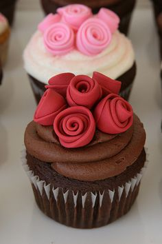 If you are thinking about making any dessert for your partner, then make delicious valentine's day cupcakes, I am sure he/she will love it. Sweet Cupcakes, Yummy Cupcakes, Cupcake Cookies, Valentine Cupcakes, Cupcakes Kids, Decorate Cupcakes, Party Cupcakes, Valentine Nails, Valentine Ideas