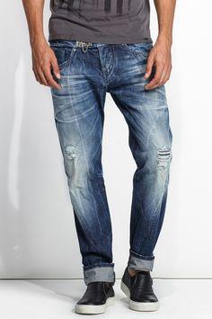 Esta referência tem carcela com botões.Estes jeans foram criados sobretudo para homens que procuram um look bastante atual nuns jeans de corte justo e com a perna a afunilar. A cinta é mais larga porque esta calça deve ser usada mais descaída. Perfeito para quem aprecia um look mais fashion.