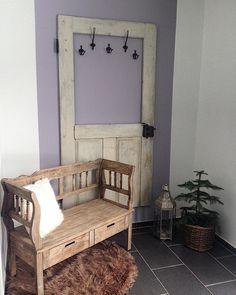 Alte Tür als Garderobe