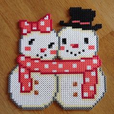 Mr et Mme bonhomme de neige - Mrs and Mr Snowman - Christmas hama beads by ladykragh Perler Bead Designs, Hama Beads Design, Diy Perler Beads, Perler Bead Art, Pearler Beads, Fuse Beads, Fuse Bead Patterns, Perler Patterns, Beading Patterns