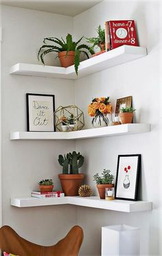 Can't find a big wall space to build your shelves? Now you will just need to find an empty corner to build these Amazing DIY Floating Corner Shelves! This DIY shelves tutorial will break down all of the dimensions and steps. Corner Shelf Design, Diy Corner Shelf, Diy Wall Shelves, Floating Shelves Diy, Bedroom Wall Shelves, Corner Wall Shelves, Wall Shelves Design, Corner Shelves Living Room, Corner Wall Decor