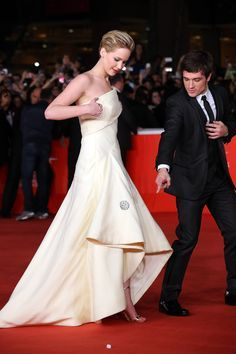 Cuando Josh le dijo a Jennifer que tuviera cuidado con esa cosita blanca en el piso: | 27 Momentos que demuestran que Jennifer Lawrence y Josh Hutcherson tienen la mejor relación de todas fuera de la pantalla