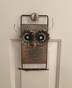Vintage Yard Owl (from a cheese grater) So cute! Tin Can Crafts, Owl Crafts, Metal Crafts, Crafts To Make, Wood Owls, Creation Crafts, Owl Fabric, Cheese Grater, Glass Garden Art