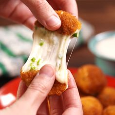 Copycat Texas Roadhouse Rattlesnake Bites Texas Roadhouse fans: We just cracked the code on the ridiculously-addicting Rattlesnake Bites. Finger Food Appetizers, Yummy Appetizers, Appetizer Recipes, Comida Diy, Rattlesnake Bites, Good Food, Yummy Food, Appetisers, Restaurant Recipes