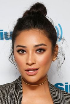 Shay Mitchell wore a metal choker to give her look a luxe effect. Hooded Eye Makeup, Eye Makeup Tips, Beauty Makeup, Hair Makeup, Hair Beauty, Makeup Ideas, Makeup Case, Eyemakeup For Hooded Eyes, Hooded Eyes Eyeliner