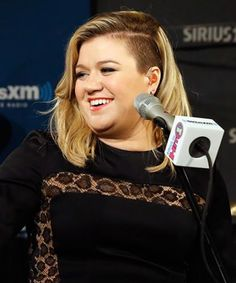"""Watch Kelly Clarkson gloriously cover Tracy Champman's """"Give Me One Reason"""""""