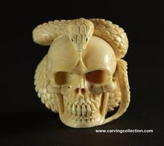 Okimono Beinschnitzerei Figur Schädel carved skull memento mori