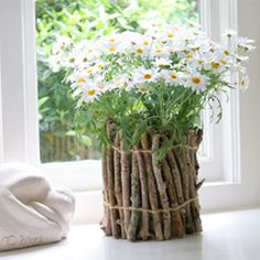 DIY Eco Green Ideas for your garden and home. Bring some of the outside in, with this eco-friendly twig vase DIY at Nini Makes. What a cheap, creative way to display your wildflowers, or gift that gorgeous bouquet. Do It Yourself Garten, Terracotta Flower Pots, Fleurs Diy, Deco Floral, Diy Planters, Planter Ideas, Decorative Planters, Diy Flowers, Diy Flower Vases