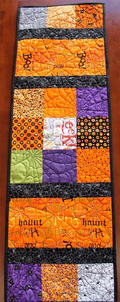 Large Quilted Halloween Table Runner by JennyMsQuilts on Etsy Halloween Quilts, Halloween Sewing, Trendy Halloween, Quilting Tutorials, Quilting Projects, Quilting Designs, Sewing Projects, Quilting Ideas, Longarm Quilting