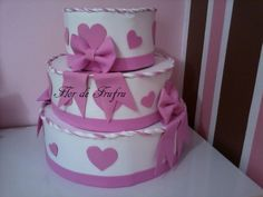 Sugestão de bolo para gatinha Marie... os laços ficam metade em cada parte do bolo, como se a laçada ficasse na parte de cima e as fitas na...