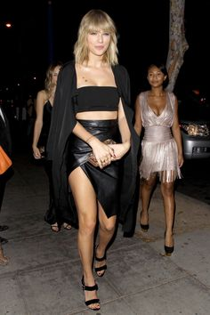 Taylor Swift Bares Her Long Legs in Sexy Outfit for Night Out!: Photo By now, everyone knows that Taylor Swift went to Drake's birthday party with her girl squad, but now you can check out these hot photos from the night! Estilo Taylor Swift, Taylor Swift Hot, Taylor Swift Hair 2017, Taylor Swift Style, Taylor Swift Bangs, Taylor Swift Outfits, Taylor Swift Concert, Live Taylor, Taylor Swift Pictures