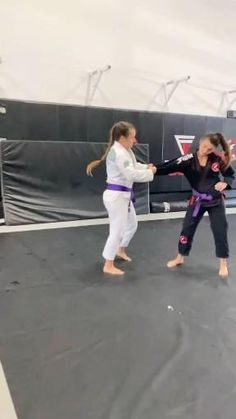Martial Arts Videos, Martial Arts Techniques, Self Defense Techniques, Self Defense Moves, Self Defense Martial Arts, Martial Arts Workout, Martial Arts Training, Academia Jiu Jitsu, Jiu Jitsu Moves