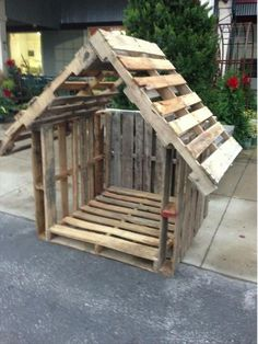 perfect little goat house / stable . just staple palmettos up and . - perfect little goat house / stall … just staple palmettos up and voila! perfect little goat house - Pallet Dog House, Dog House Plans, Pallet Shed, Dog House From Pallets, Dyi Dog House, Dog Houses, Play Houses, Goat Shelter, Goat Pen