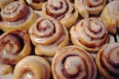 rolls de canela y manzana receta ~ rolls de manzana ; rolls de manzana y canela ; rolls de canela y manzana receta Buchi Recipe, Quick Cinnamon Rolls, Shortbread Recipes, Pinoy Food, Rolls Recipe, Recipe Box, Coffee Cake, Quick Meals, Favorite Recipes