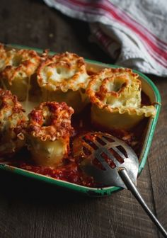 Ça faisait longtemps que j'avais envie de concocter ma propre recette de lasagne végétarienne. J'ai choisi la courge, le fromage et les épinards pour arriver à un résultat « santé et cochon » qui explose de saveurs.