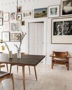 Rustikt trä och en vacker tavelvägg byggd runt fast inredning inspireras vi extra mycket av just nu. 💛 Gör du också det? Spana då in det…