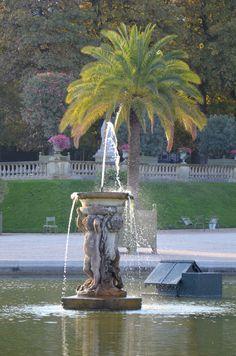 Fontaine de la place de la Porte Saint Cloud - (16e) bas relief ...
