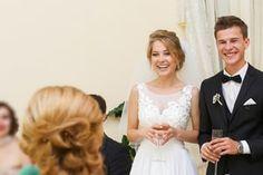 Lampenfieber bei einer Hochzeitsrede besiegt man ganz schnell mit diesen Tipps. Dazu gibt es Mustertexte für die Rede der Trauzeugen