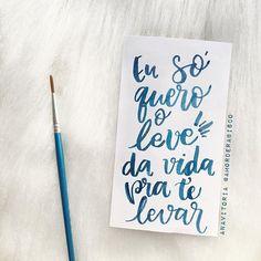 """E o tempo para, ah""  Trevo @anavitoriaoficial  #anavitoria #trevo #vida #musica #citação #amorderabisco #rabisco #moderncalligraphy #caligrafiamoderna #azul #blue #aquarela #watercolor Watercolor Lettering, Hand Lettering, Music Room Organization, Tattoo Fonts Generator, Music Note Logo, Tattoo Quotes For Women, Girl Face Drawing, Music Themed Parties, Music Symbols"